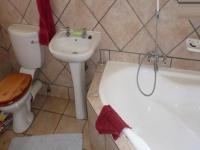 Main Bathroom - 5 square meters of property in Monavoni