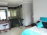 Main Bedroom - 15 square meters of property in Constantia Glen