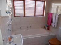 Bathroom 1 - 10 square meters of property in Mondeor