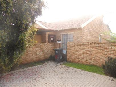 3 Bedroom Simplex for Sale For Sale in Wilgeheuwel  - Private Sale - MR026741