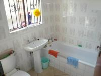 Main Bathroom - 6 square meters of property in Thatchfields