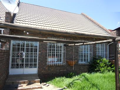 Standard Bank Repossessed 2 Bedroom Sectional Title on online auction in Forest Hill - JHB - MR055349
