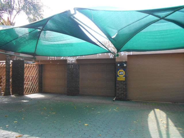 Standard Bank Repossessed 4 Bedroom House on online auction in Helderkruin - MR071515