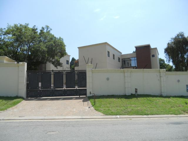 Standard Bank EasySell 4 Bedroom House For Sale in Bryanston - MR076195