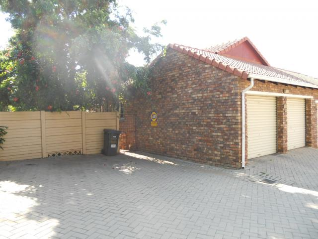 3 Bedroom Simplex for Sale For Sale in Rooihuiskraal - Home Sell - MR080025