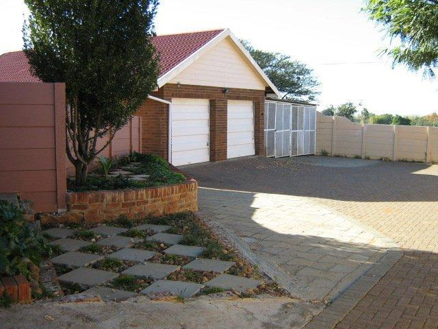 4 Bedroom House For Sale in Riebeeckstad - Home Sell - MR083055