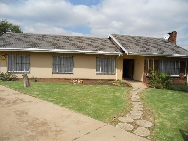 Standard Bank EasySell 3 Bedroom House For Sale in Birchleigh North - MR087643