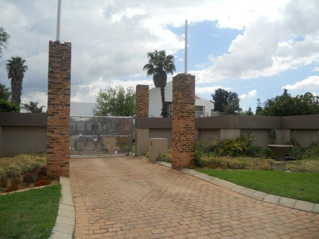 Standard Bank Repossessed 6 Bedroom Sectional Title for Sale For Sale in Benoni - MR088646