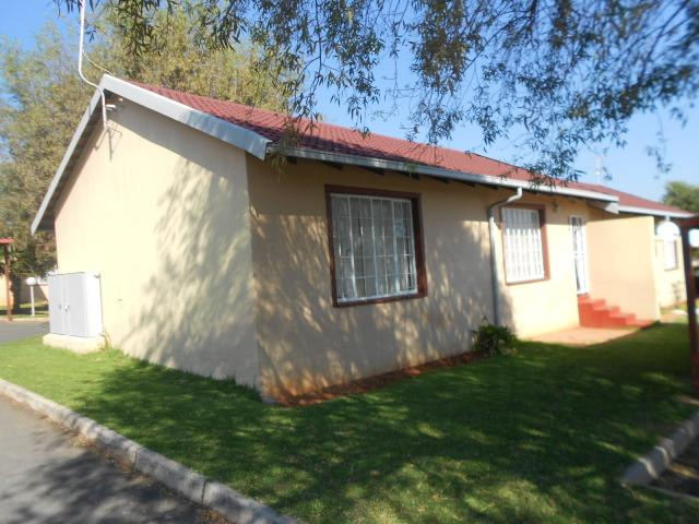 3 Bedroom Simplex For Sale in Roodepoort West - Private Sale - MR090533