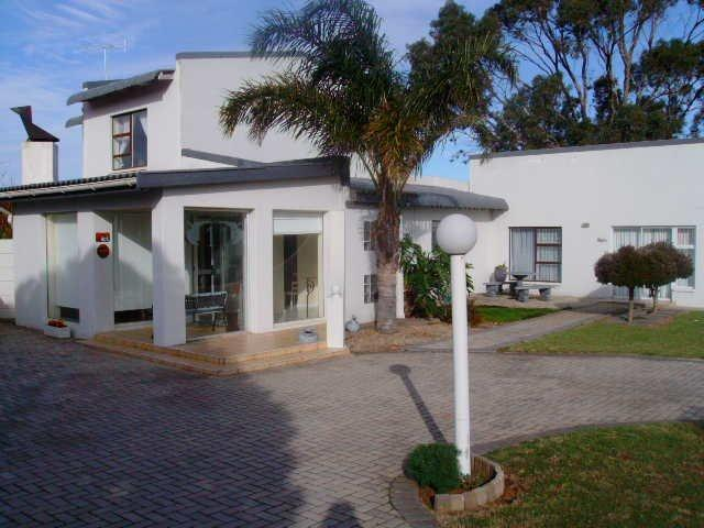 4 Bedroom House For Sale in Jeffrey's Bay - Private Sale - MR093181