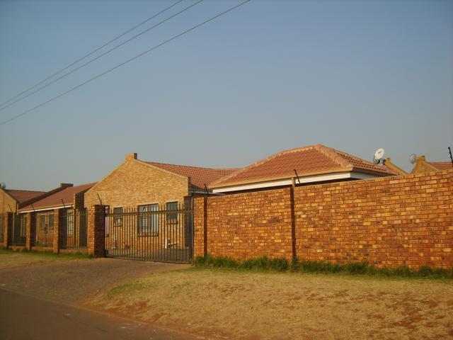 2 Bedroom Sectional Title For Sale in Vosloorus - Private Sale - MR094533
