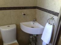 Main Bathroom - 3 square meters of property in Die Hoewes