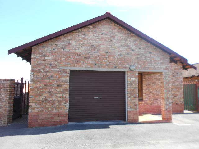 2 Bedroom Simplex for Sale For Sale in Midrand - Private Sale - MR095161