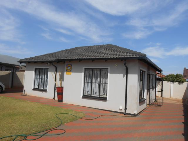 2 Bedroom House for Sale For Sale in Pretoria North - Home Sell - MR095386