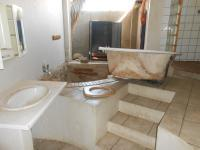 Main Bathroom - 14 square meters of property in Daspoort