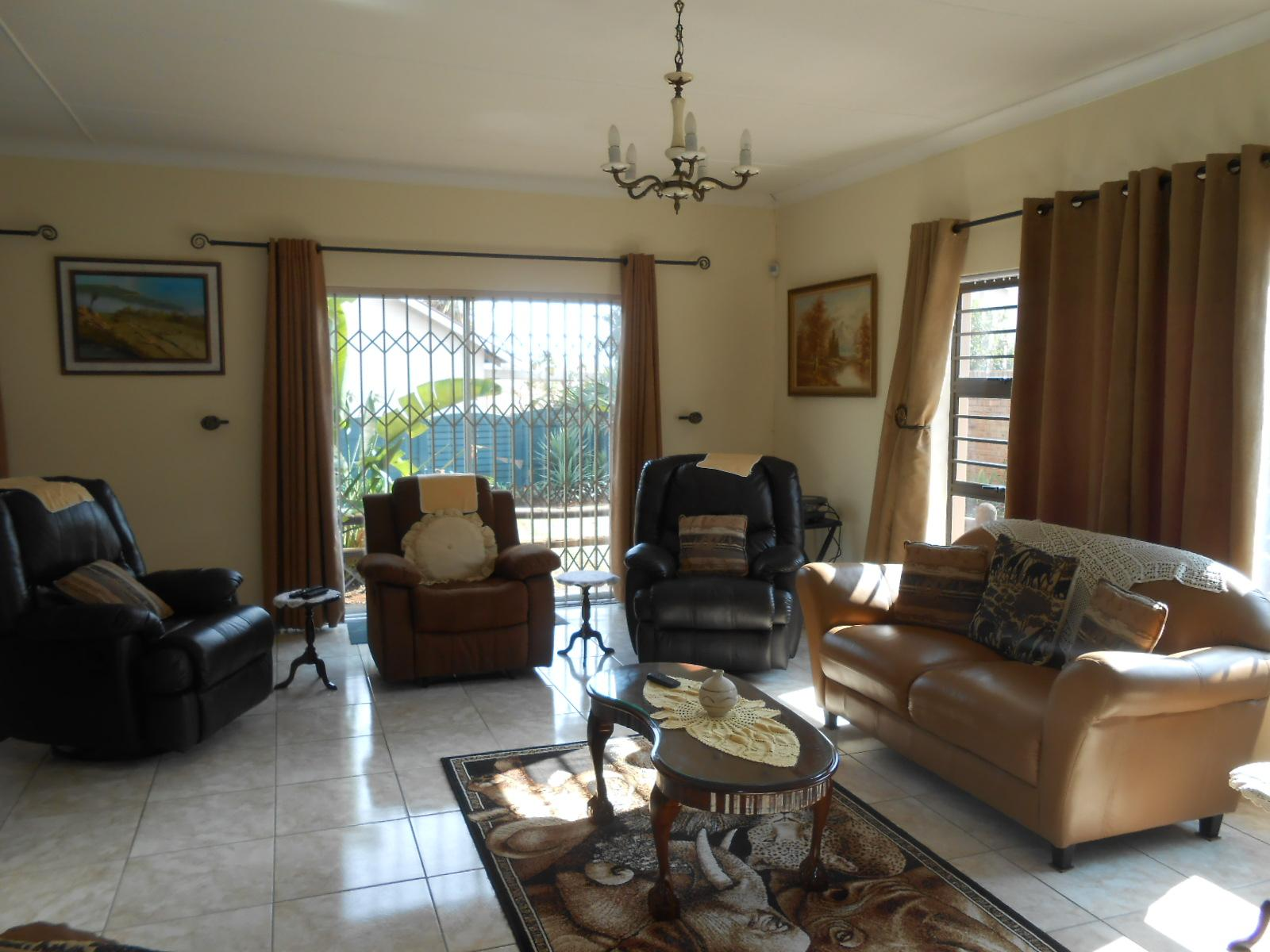 Lounges - 33 square meters of property in Kloofsig