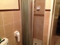 Main Bathroom - 6 square meters of property in Die Hoewes