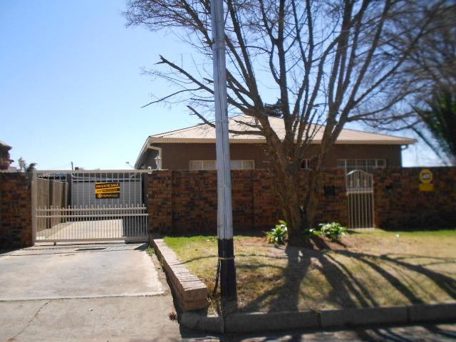 House for Sale For Sale in Roodepoort - Private Sale - MR096593