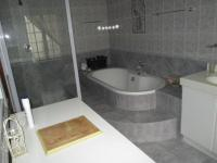 Main Bathroom of property in Onrus Rivier (Onrus)