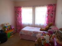 Bed Room 1 - 14 square meters of property in Florida Lake