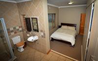 Main Bedroom of property in Clubview