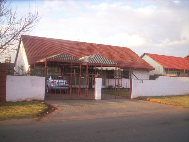 3 Bedroom House For Sale in Roodekop - Home Sell - MR099998