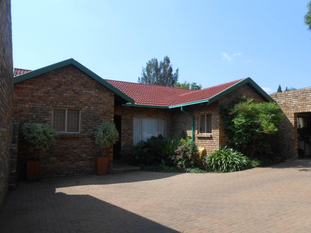 3 Bedroom Duet For Sale in Garsfontein - Home Sell - MR100157