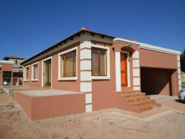 3 Bedroom Cluster for Sale For Sale in Roodepoort West - Private Sale - MR100222