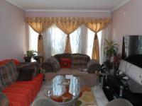 Lounges - 17 square meters of property in Karenpark