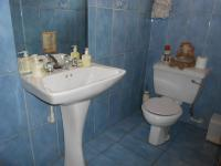 Bathroom 1 - 5 square meters of property in Kloofendal