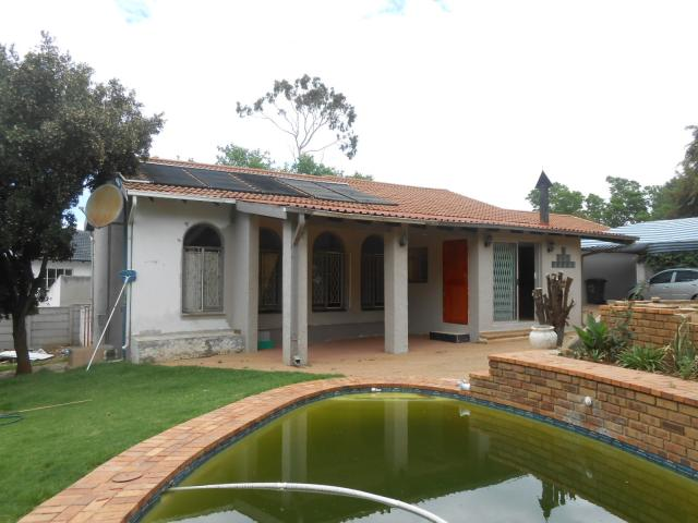 5 Bedroom House for Sale and to Rent For Sale in Roodepoort - Home Sell - MR101608