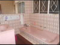 Main Bathroom - 6 square meters of property in Greenhills