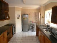 Kitchen - 16 square meters of property in Heuweloord