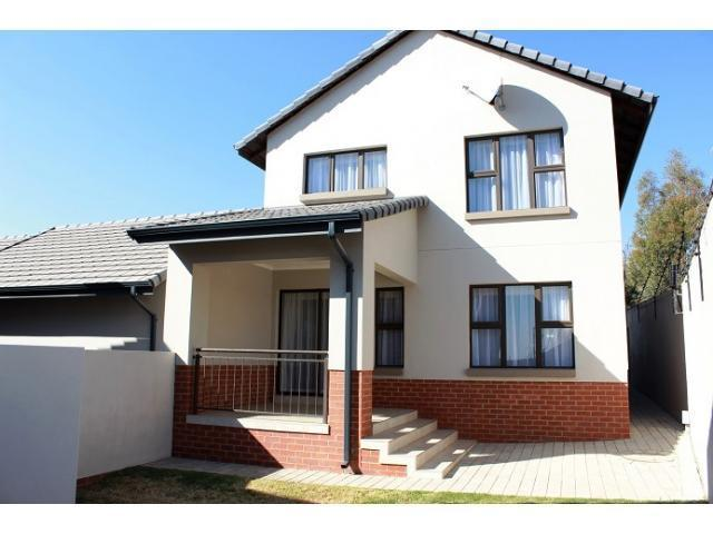 3 Bedroom Sectional Title for Sale For Sale in Fourways Gardens - Home Sell - MR103605
