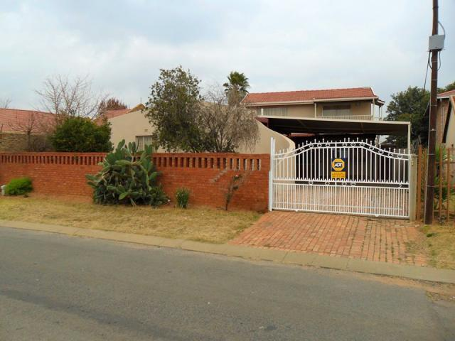4 Bedroom House For Sale in Lenasia South - Home Sell - MR103785