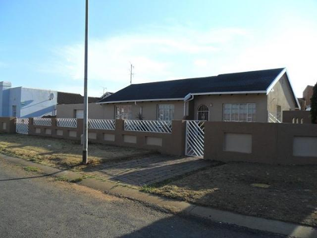 3 Bedroom House For Sale in Lenasia South - Home Sell - MR103789