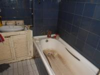 Main Bathroom - 3 square meters of property in Johannesburg Central