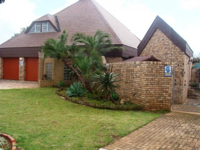 4 Bedroom House for Sale For Sale in Summerstrand - Home Sell - MR105415