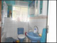 Bathroom 1 - 5 square meters of property in Floracliffe