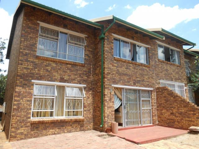 2 Bedroom Sectional Title for Sale For Sale in Buccleuch - Private Sale - MR106602
