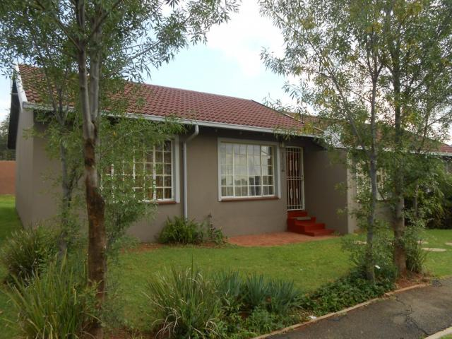 2 Bedroom Cluster For Sale in Roodepoort West - Private Sale - MR106990
