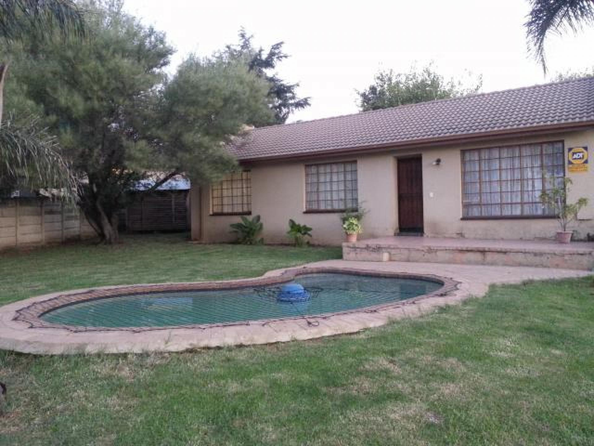 Front View of property in Bloubosrand