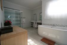 Main Bathroom - 18 square meters of property in Clubview