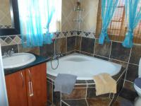 Main Bathroom - 7 square meters of property in The Reeds
