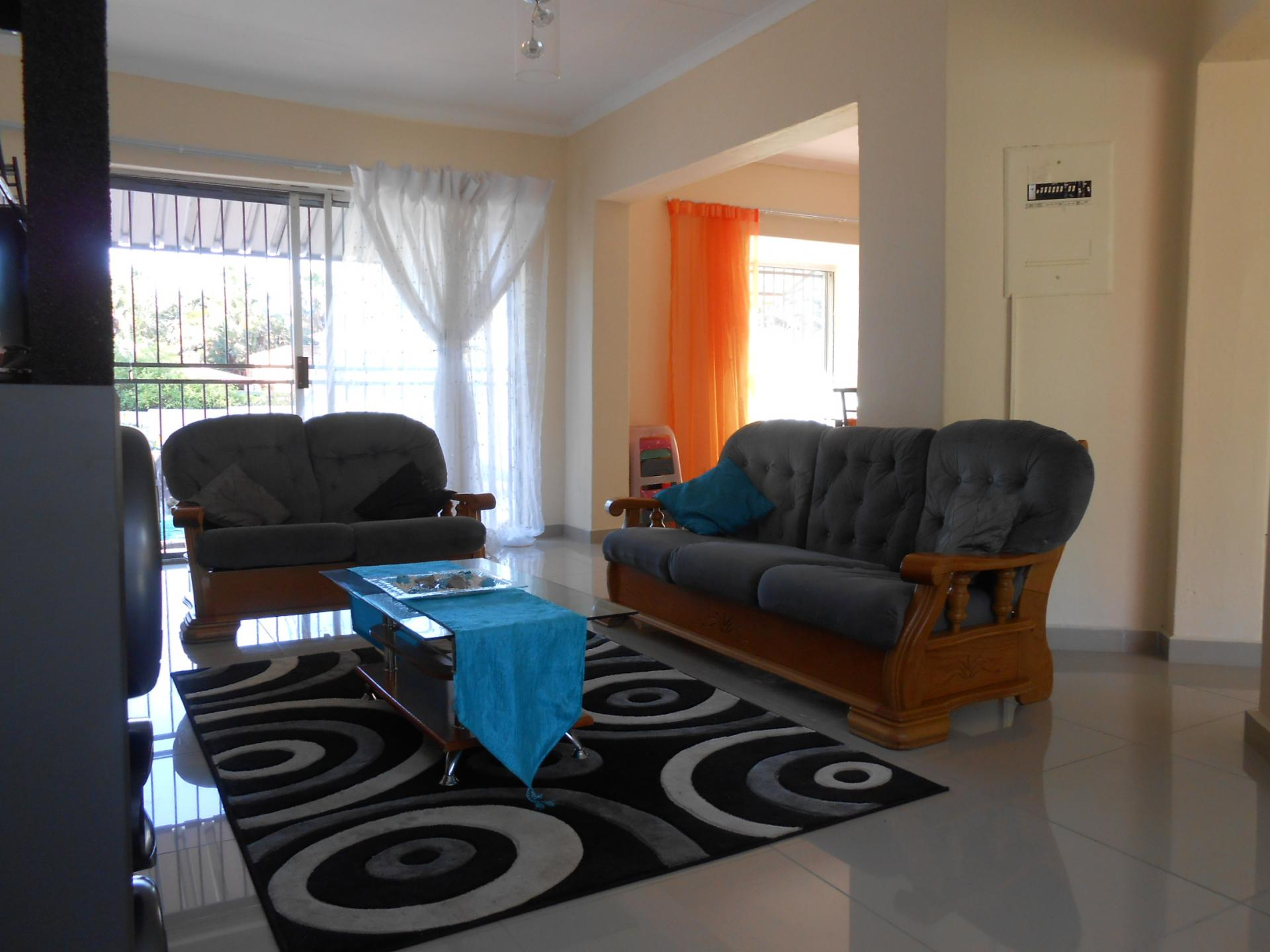 Lounges - 24 square meters of property in Strubensvallei