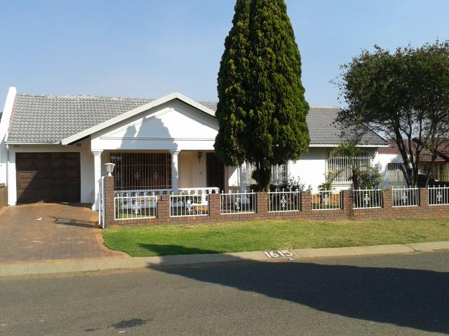 5 Bedroom House For Sale in Lenasia South - Private Sale - MR110594