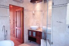 Main Bathroom - 9 square meters of property in Woodhill Golf Estate