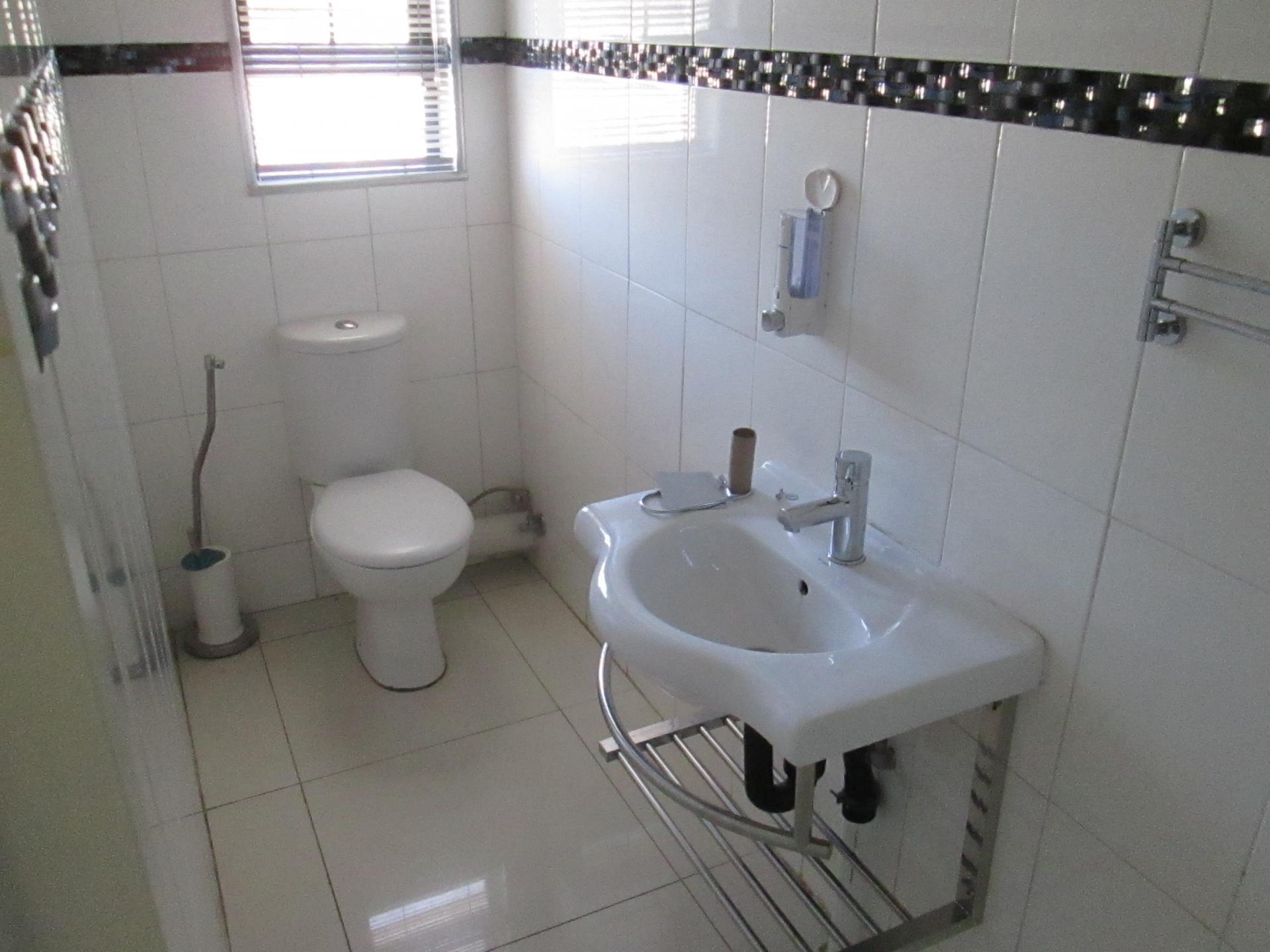 Bathroom 2 - 3 square meters of property in Honey Hill