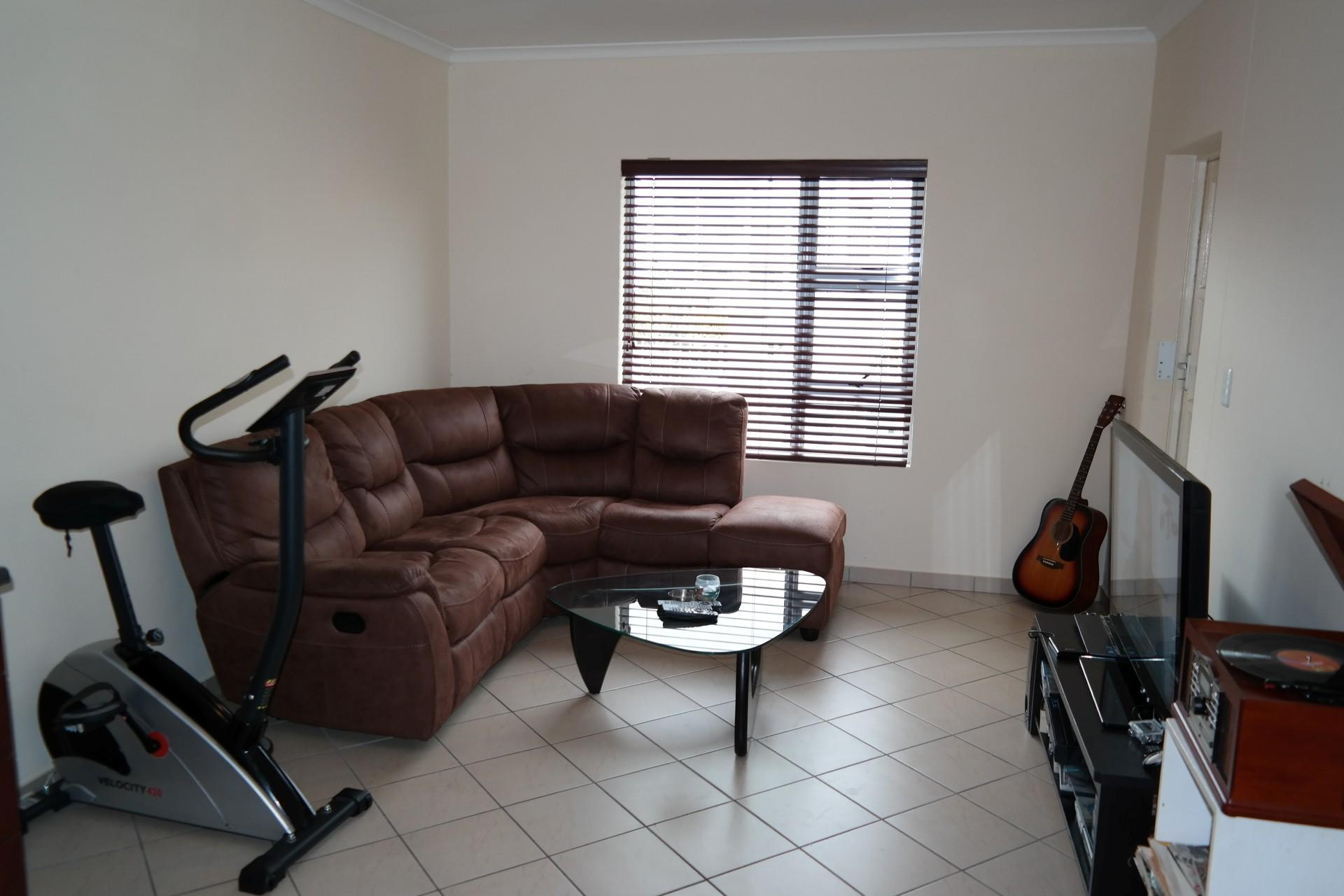Lounges - 14 square meters of property in Kraaifontein