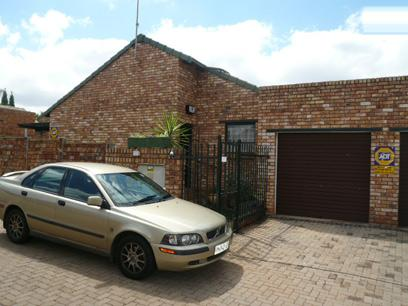 3 Bedroom Simplex for Sale For Sale in Die Hoewes - Home Sell - MR11327